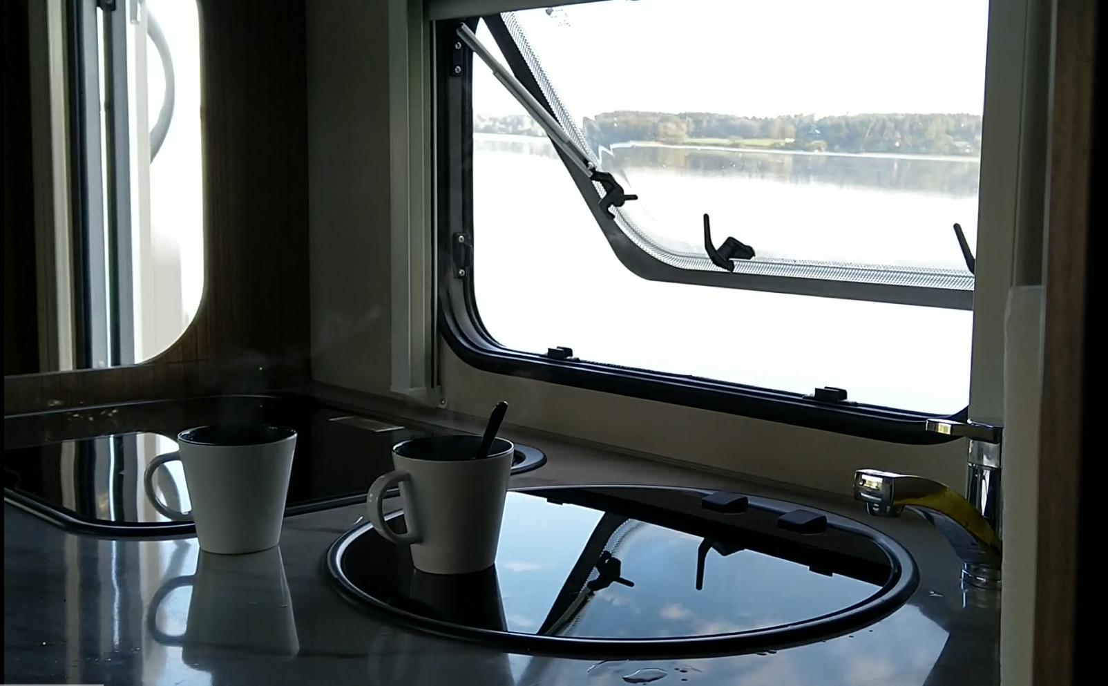 Wohnmobil mit Kaffee
